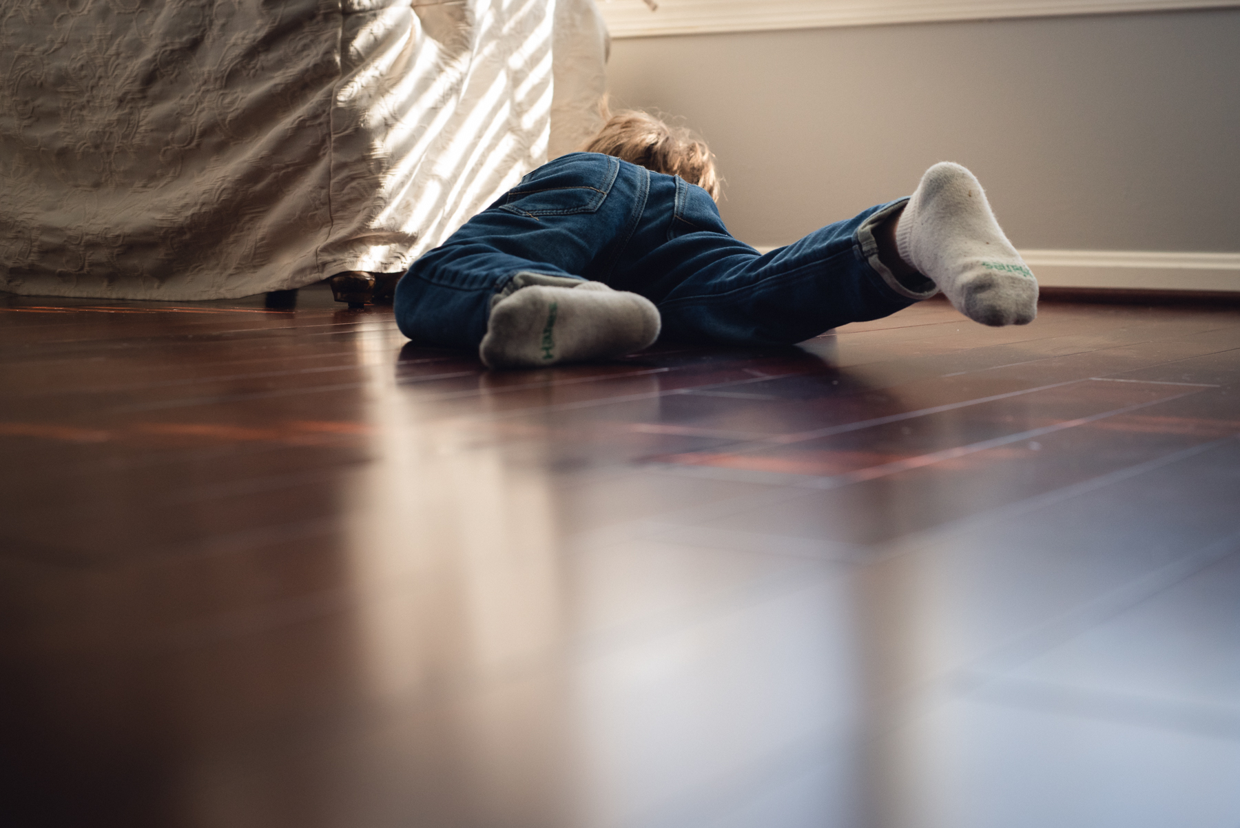 photo of young boy playing on floor freelensed by megan cieloha